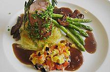 Schweinefilet auf Kartoffelstroh mit grünem Thaispargel, Steinpilzen und Paprika - Oliven - Gemüse