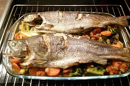 Ganzer Fisch auf Kartoffeln und Gemüse 14