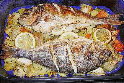 Ganzer Fisch auf Kartoffeln und Gemüse 15