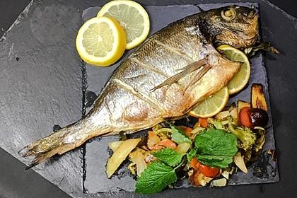 Ganzer Fisch auf Kartoffeln und Gemüse 7