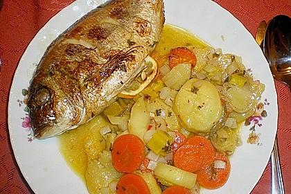 Ganzer Fisch auf Kartoffeln und Gemüse 17