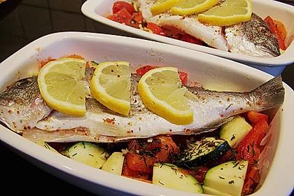 Ganzer Fisch auf Kartoffeln und Gemüse 18