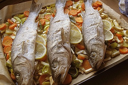 Ganzer Fisch auf Kartoffeln und Gemüse 3