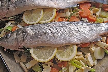 Ganzer Fisch auf Kartoffeln und Gemüse 20