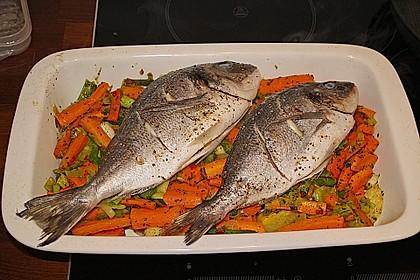 Ganzer Fisch auf Kartoffeln und Gemüse 8