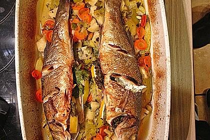 Ganzer Fisch auf Kartoffeln und Gemüse 9