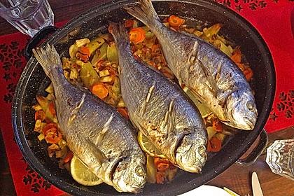 Ganzer Fisch auf Kartoffeln und Gemüse 6