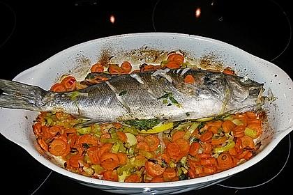 Ganzer Fisch auf Kartoffeln und Gemüse 19