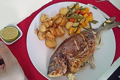 Ganzer Fisch auf Kartoffeln und Gemüse 10