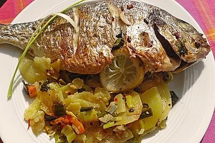Ganzer Fisch auf Kartoffeln und Gemüse 2