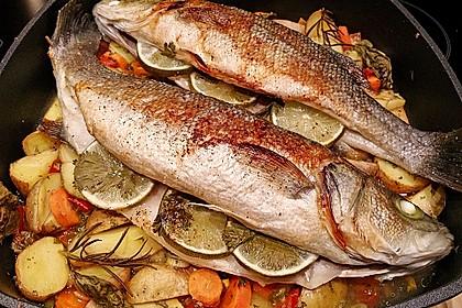 Ganzer Fisch auf Kartoffeln und Gemüse 11