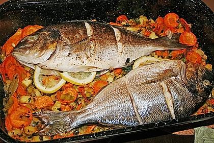 Ganzer Fisch auf Kartoffeln und Gemüse 5