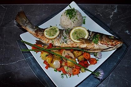 Ganzer Fisch auf Kartoffeln und Gemüse 1