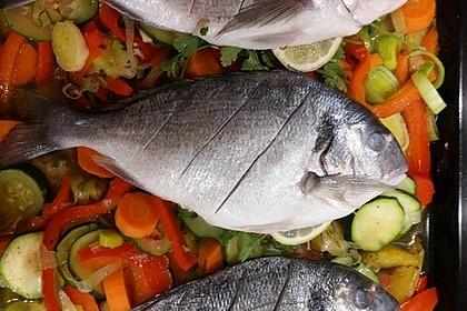 Ganzer Fisch auf Kartoffeln und Gemüse 21