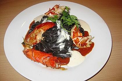 Bretonischer Hummer mit schwarzen Tagliatelle und Parmesanschaum