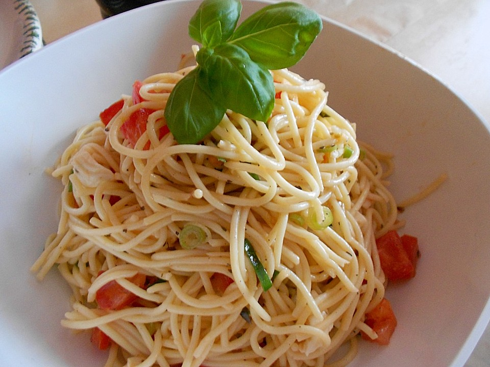 spaghetti salat mit mozzarella und tomaten von rantanplan. Black Bedroom Furniture Sets. Home Design Ideas