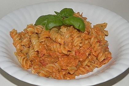 Nudeln in leichter, sämiger Thunfisch-Tomaten-Käse Sauce 26