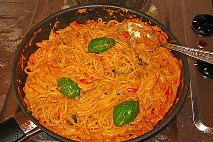 Nudeln in leichter, sämiger Thunfisch-Tomaten-Käse Sauce 55