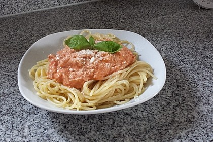 Nudeln in leichter, sämiger Thunfisch-Tomaten-Käse Sauce 92