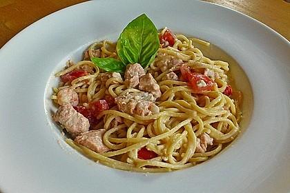 Spaghetti in einer Safran - Knoblauch - Soße mit frischem Fischfilet und Garnelen
