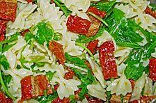 Nudelsalat mit Rucola, getrockneten Tomaten und leichter Chilinote