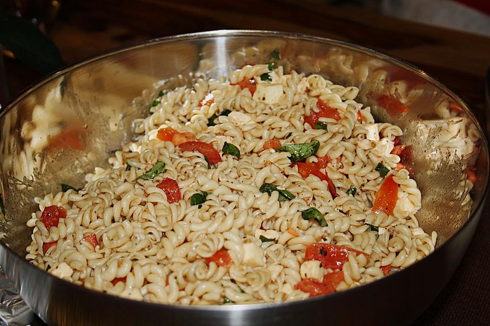 schneller party nudelsalat mit tomate und mozzarella von