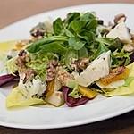 Herbstlicher Salat mit gebratenem Kürbis, karamellisierter Birne, Blauschimmelkäse und Walnüssen