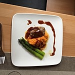 Schweinefilet auf Süßkartoffelpüree mit Lebkuchenjus und Rosenkohl